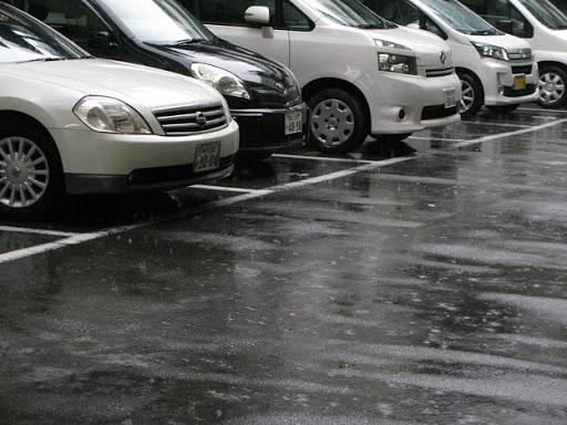 駐車場 雨