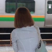 電車プラットフォーム 美人